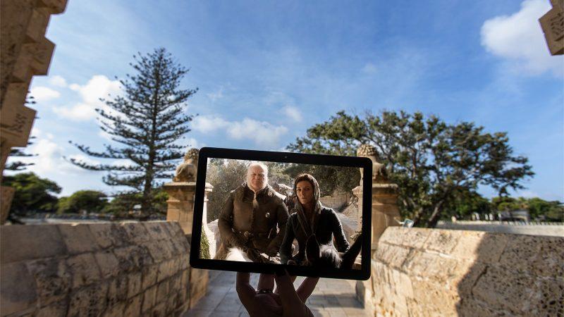 Catelyn Stark ve Ser Rodrick Cassell, Kralın İnişine Katılıyor